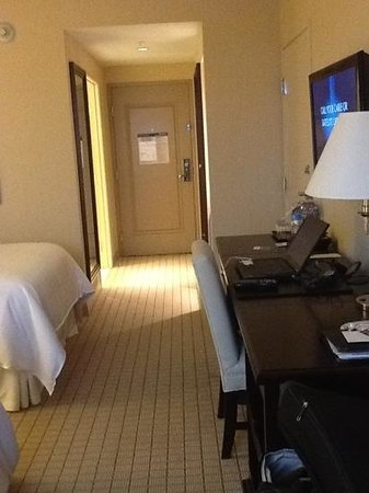 Sheraton Grand Phoenix: Workspace, big desk came in handy