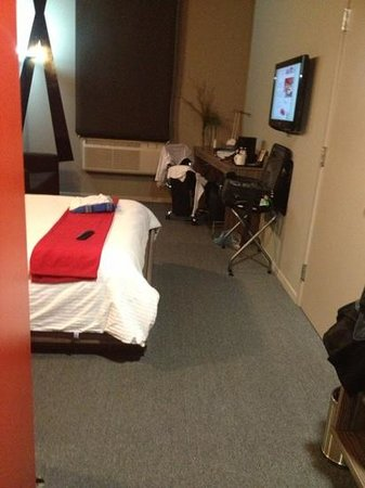 Ramada Encore Chihuahua: small desk, nice tv and space for couch
