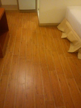 Tiled flooring @Xpress Room - Picture