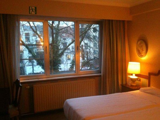 Izan Avenue Louise: La vista de mi habitación, daba a un patio interior con árboles, muy bonita y tranquila zona