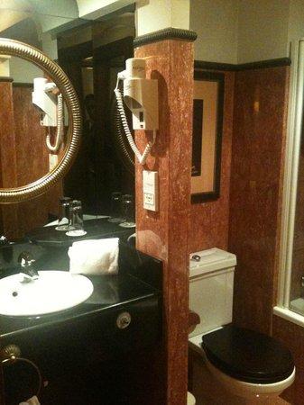 Izan Avenue Louise: El baño todo de marmol rosa