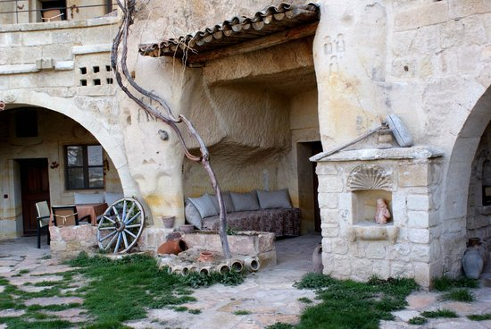 Esbelli Evi Cave Hotel: front porch of the rooms