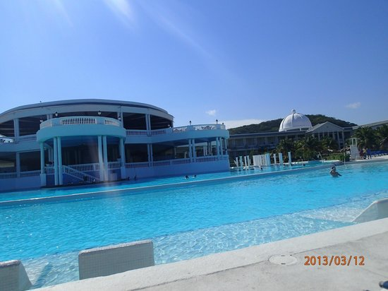 Grand Palladium Jamaica Resort & Spa: main pool overlooking the bar and blue lagoon dining