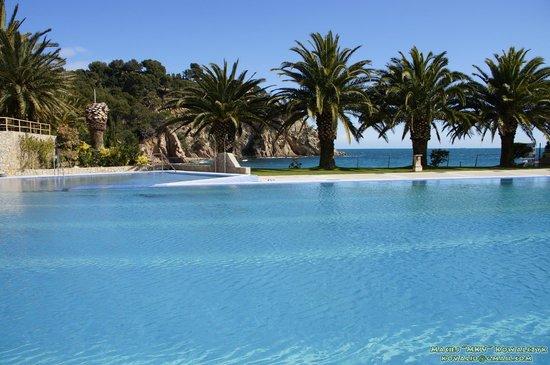 Giverola Resort: Basen i plaża