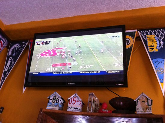 The General's Sports Bar & Restaurant : Watching the Cougs with the Apple Cup!