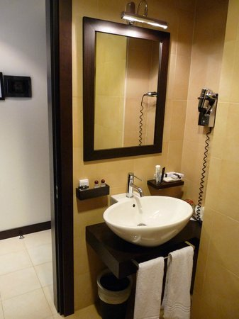 Best Western Cinemusic Hotel: le lavabo sans tablette pour les affaires
