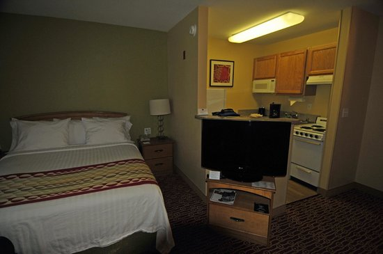 TownePlace Suites Fresno: Living Area/Kitchen