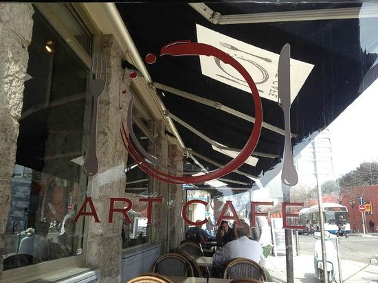 Cafe Del Arte: Outdoor seating on street