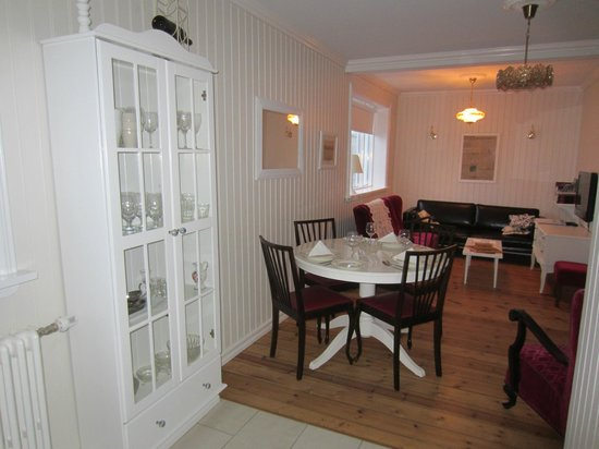Egils Guesthouse Cottage: Dining room and livingroom