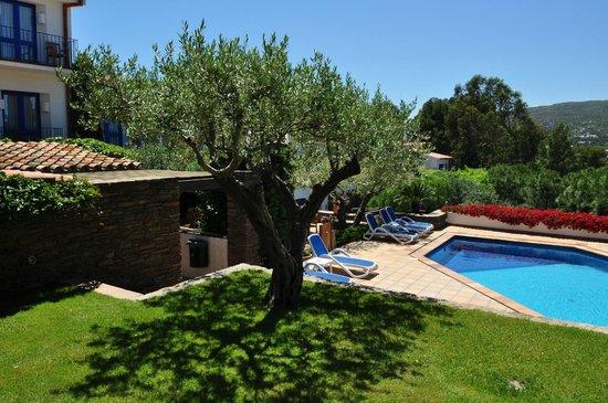 Terraza jardin con peque a piscina picture of hotel for Piscina pequena terraza