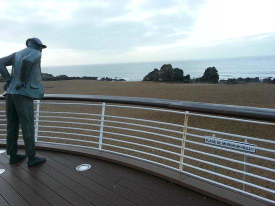 Best Western Hotel De La Plage : Devant l'hôtel (sur la plage), la statue de Monsieur Hulot (Jacques Tati)