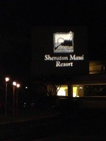 Sheraton Maui Resort & Spa : Resort Driveway at night