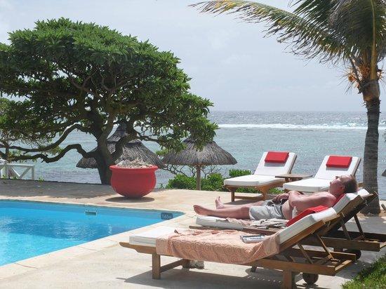 La Maison D'ete Hotel: lits à disposition autour de la piscine
