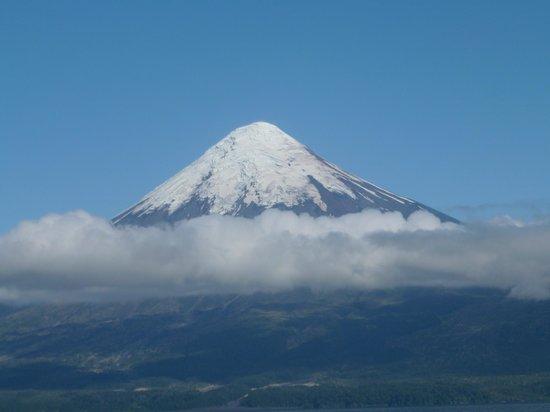 Hotel y Cabanas Terrazas Del Lago: Volcano Osorno and Lake view fro Hotel Cabanas Del Lago