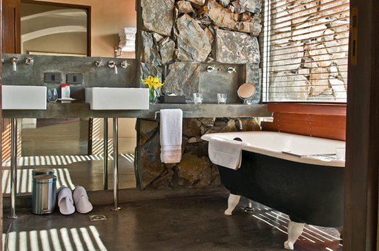 Cavas Wine Lodge: Bathroom corner and luxury room