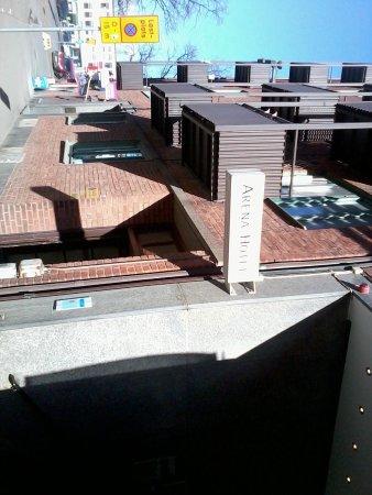 Arena Hotel: En anspråkslös skylt visar hotellingången.