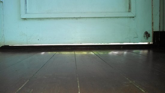 Waimea Plantation Cottages: About a 1/2 inch gap under the door...this is how bugs get in.
