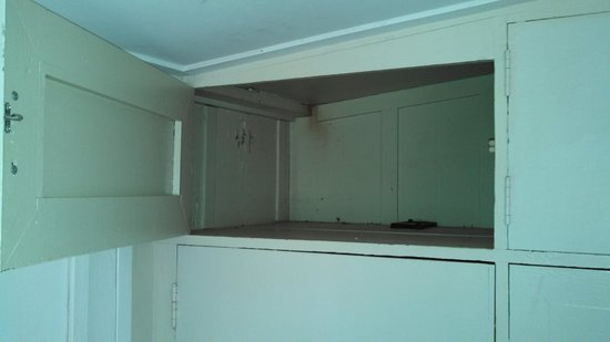 Waimea Plantation Cottages: Cupboard with rat dropping inside
