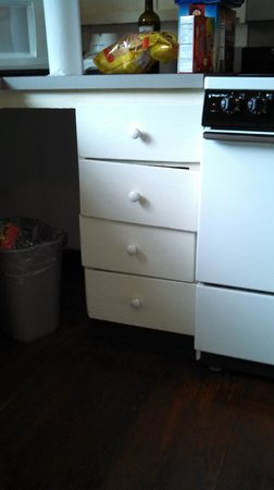 Waimea Plantation Cottages: Drawers that don't close properly