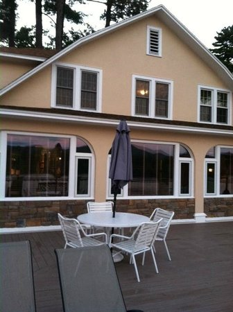 Chelka Lodge on Lake George: Deck above efficiency rooms