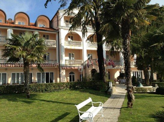 Hotel Marko: Vista Hotel dal giardino