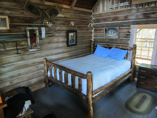 Gorman Chairback Lodge and Cabins: Queen bed (there is a single on the other side of the room)