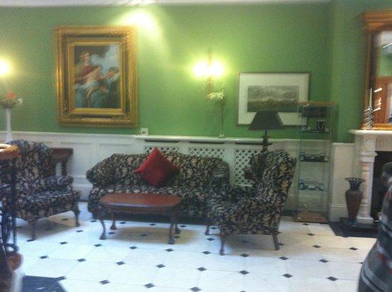 دورمهول هوتل: Seating in the foyer of the dromhall hotel.