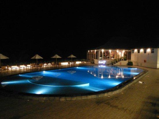 Cinnamon Citadel Kandy: vista notturna zona piscina
