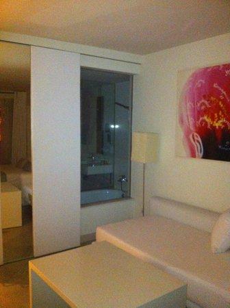 El Hotel Pacha : Vista del baño desde la habitación. A la izquierda, se ve la puerta corredera abierta