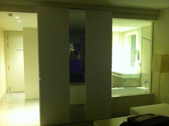 El Hotel Pacha : Vista del baño (con luz) desde la habitación. A la izquierda, se ve la puerta corredera abierta