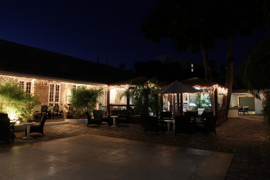 Island Inn Hotel: Main courtyard at night - including dining area