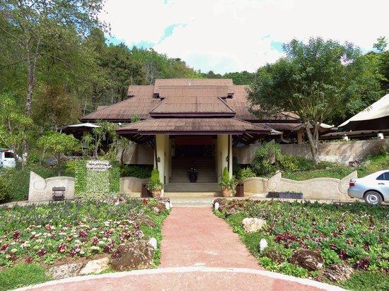 Angkhang Nature Resort : Entrance steps