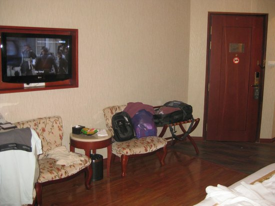 Hanoi Tirant Hotel: Room showing some of the amenities