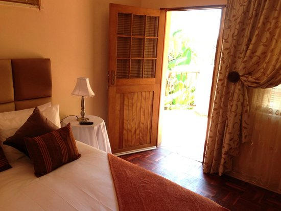C'est La Vie Guest House: Brown Room