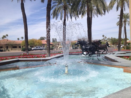 DoubleTree Resort by Hilton Paradise Valley - Scottsdale: Front hotel fountain