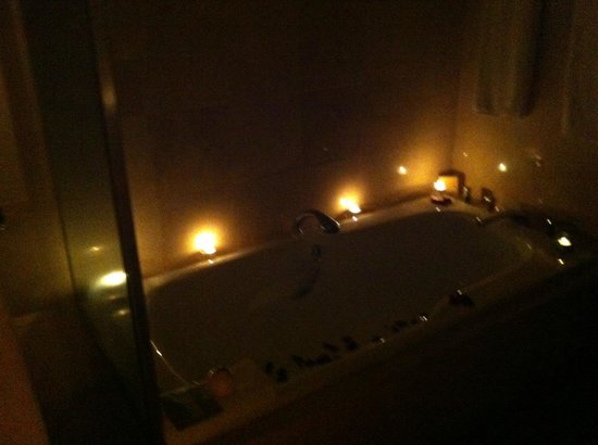 Stamford Plaza Auckland: Candlelit bathroom on arrival