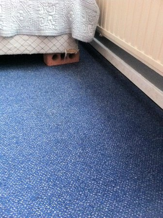 Hotel Beau Site: letto appoggiato su mattone
