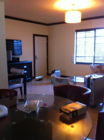 Tradewinds Apartment Hotel: grand séjour salon