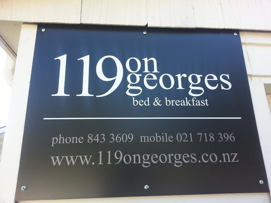 119 on Georges Bed & Breakfast: Sign visible from the street - keep an eye out!