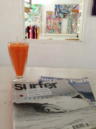Zwart Art Cafe: fresh juice and a great selection of magazines