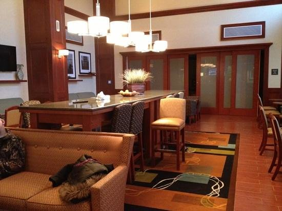 Hampton Inn & Suites Detroit/Chesterfield Township: bar area