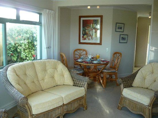 Swallows Nest Accommodation: Comfortable lounge and dining.