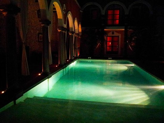 Hotel Hacienda Merida: The Pool by night