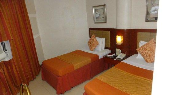 Royal Garden Hotel: Room