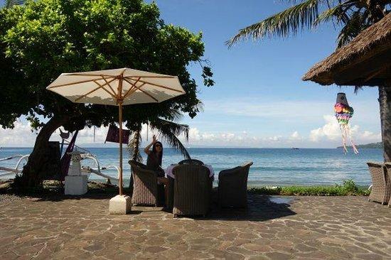 Abalone Resort: beachfront dining area