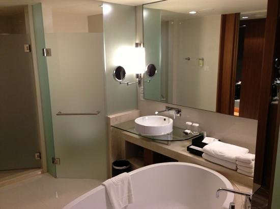 Centara Grand at Central Plaza Ladprao Bangkok: Large stylish bathroom