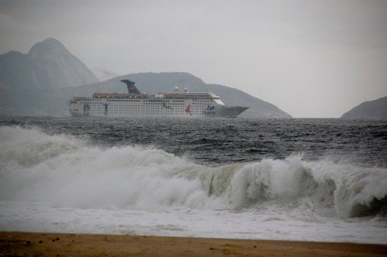 Windsor Excelsior Hotel: A cruise ship off Copacabana Beach (in front of the hotel).