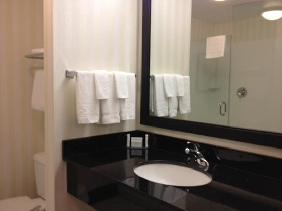 Fairfield Inn & Suites by Marriott Winnipeg: nice and bright but thin towels