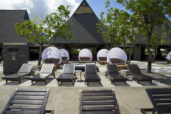 InterContinental Fiji Golf Resort & Spa: Main Pool Chairs and comfy seats