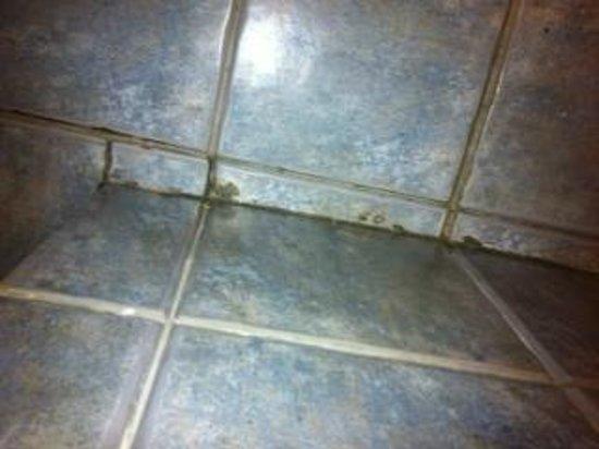 Kala Petit Hotel: dreckiger Fußboden im Bad